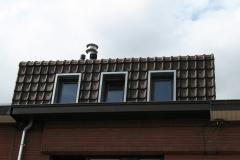 Detail zinken raamomkasting in een pannendak