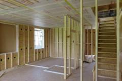 Binnenmuren in opbouw, sls. De wanden halen hun stevigheid uit de OSB. De gaten zijn om cellulose in te spuiten. De plafonds zijn bekleed met een intelligent dampscherm van Siga.